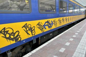 Een NS-trein beklad met graffiti